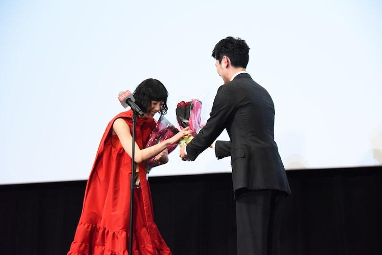 妻夫木聡から夏帆に花束が渡される様子。