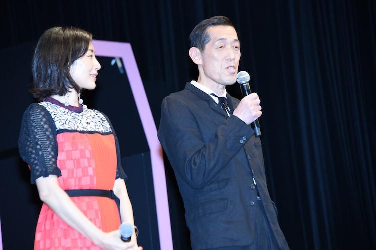 左から木村多江、嶋田久作。