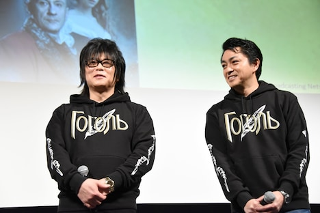 おそろいのパーカーを着て登壇した森川智之(左)と三上哲(右)。