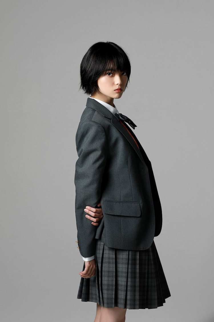 「さんかく窓の外側は夜」より、平手友梨奈演じるヒウラエリカ。