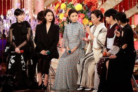 左からシム・ウンギョン、二階堂ふみ、松岡茉優、宮沢りえ、吉永小百合、司会の安藤サクラ。