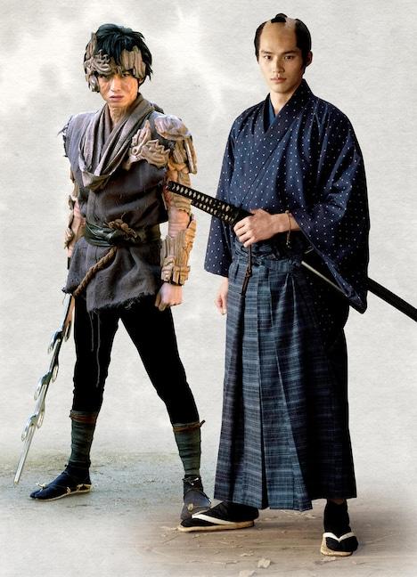 左から本郷奏多演じる天の邪鬼、岡田健史演じる新海一馬。
