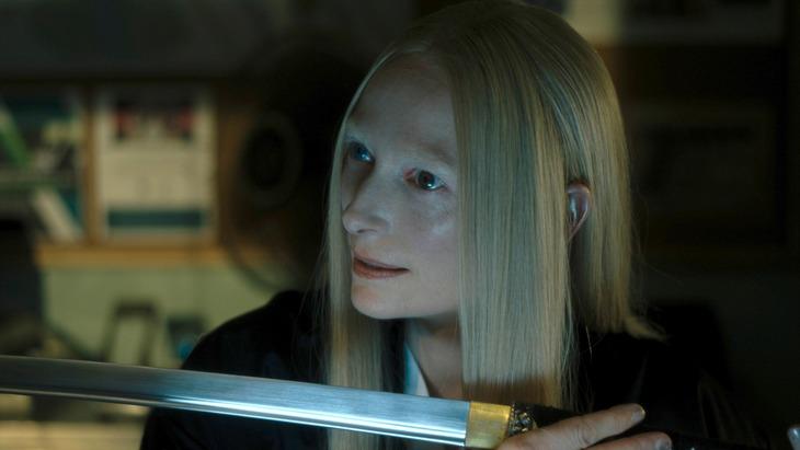 「デッド・ドント・ダイ」より、ティルダ・スウィントン演じるゼルダ・ウィンストン。