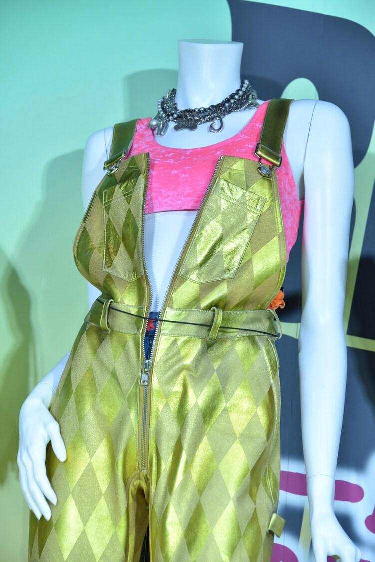 「ハーレイ・クインの華麗なる覚醒 BIRDS OF PREY」でマーゴット・ロビーが着用した衣装。