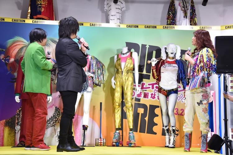 衣装について話す登壇者たち。