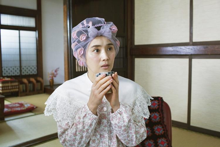 「きょうの猫村さん」より、石田ひかり演じる村田の奥さん。