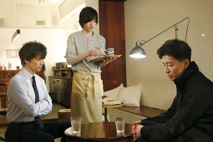 「BG~身辺警護人~」より、道枝駿佑演じる中島小次郎(中央)。