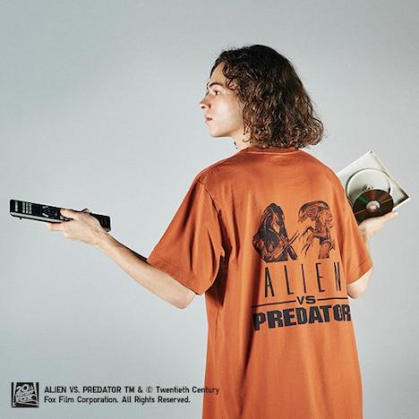 「エイリアンVS.プレデター」グラフィックTシャツの着用イメージ。