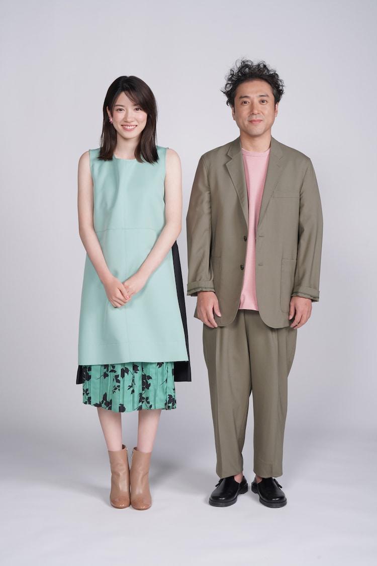 永野芽郁演じる小比賀さくら(左)とムロツヨシ演じる小比賀太郎(右)。