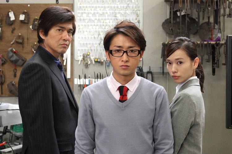 左から佐藤浩市扮する芹沢豪、大野智扮する榎本径、戸田恵梨香扮する青砥純子。