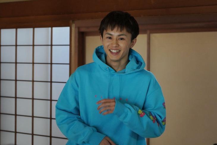 草川拓弥演じる六郎。