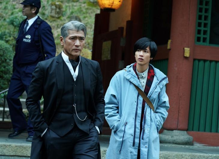 ドラマ「探偵・由利麟太郎」より吉川晃司(左)と志尊淳(右)。