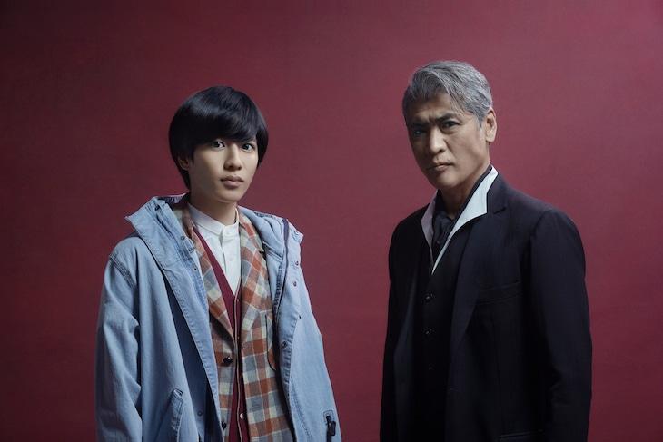 「探偵・由利麟太郎」より、吉川晃司演じる由利麟太郎(右)と志尊淳演じる三津木俊助(左)。