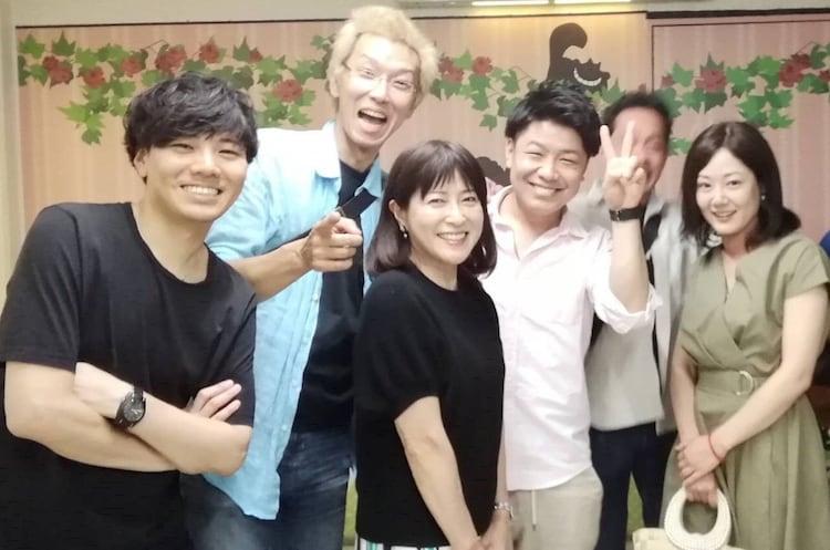 岡江久美子(中央)と「天までとどけ」で子供役を演じた俳優たち。