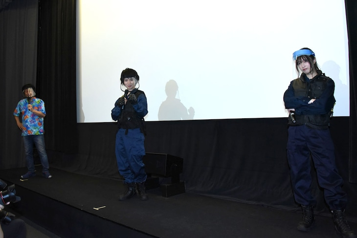 「三大怪獣グルメ」舞台挨拶にて、間隔を開けて立つ登壇者たち。左から河崎実、植田圭輔、吉田綾乃クリスティー。