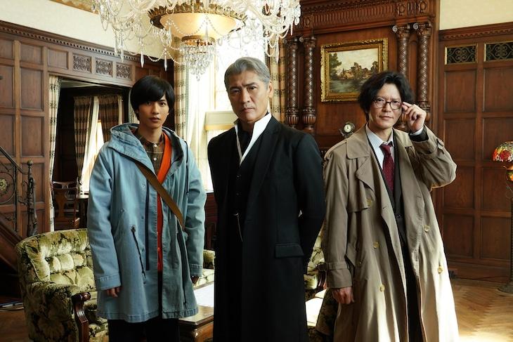 左から志尊淳演じる三津木俊助、吉川晃司演じる由利麟太郎、田辺誠一演じる等々力。