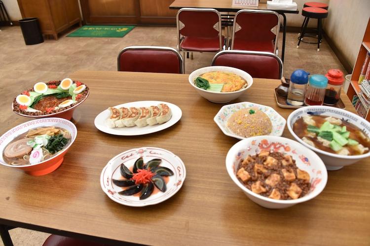 「がんばれいわ!!ロボコン ウララ~!恋する汁なしタンタンメン!!の巻」メイキング写真より、撮影に使用された食品サンプル。