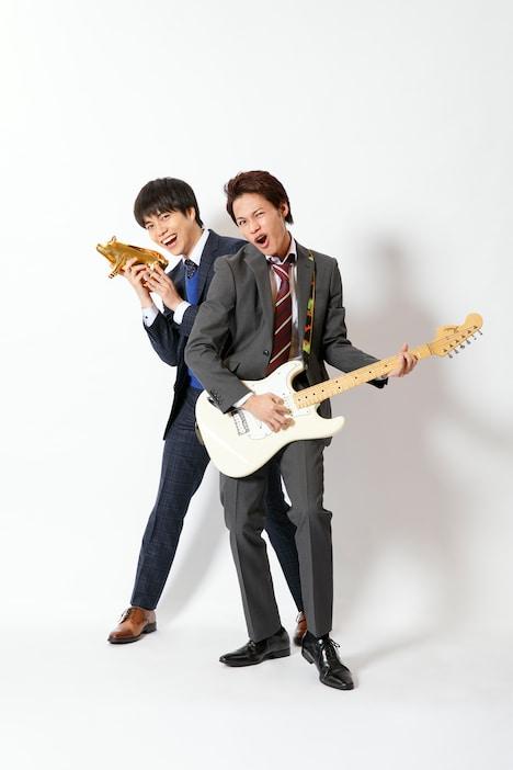 上田竜也演じる松本タカオ(右)と、重岡大毅演じる稲葉コウタ(左)。