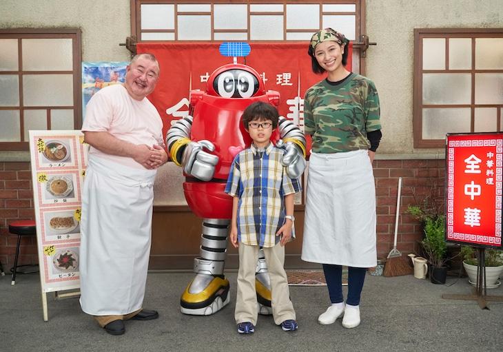 左から小浦一優演じる伊東カズオ、ロボコン、屋鋪琥三郎演じるヒロシ、高橋ユウ演じる伊東ヨーコ。