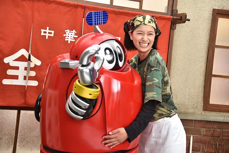 「がんばれいわ!!ロボコン ウララ~!恋する汁なしタンタンメン!!の巻」メイキング写真より、左からロボコン、高橋ユウ。