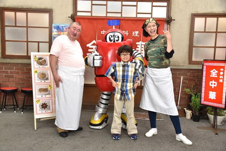 左から小浦一優、ロボコン、屋鋪琥三郎、高橋ユウ。役柄を意識したポーズでの1枚。