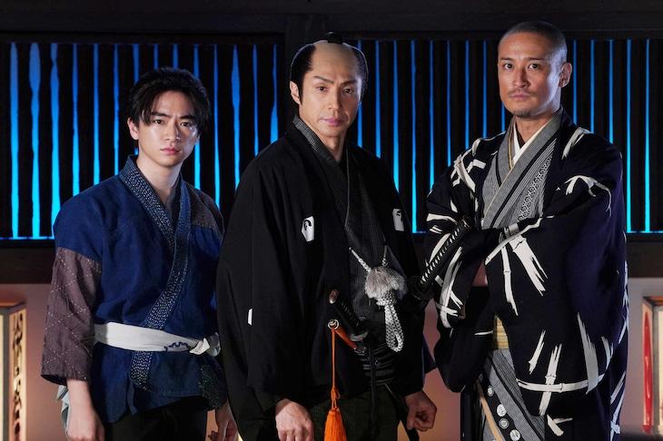左から知念侑李、東山紀之、松岡昌宏。