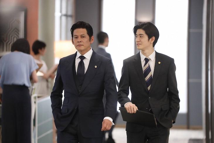 織田裕二演じる甲斐正午(左)と、中島裕翔演じる鈴木大輔(右)。
