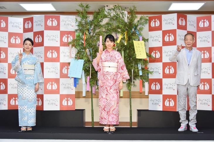 左から奈緒、松本穂香、角川春樹。