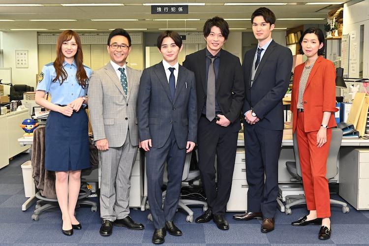 左から奥山かずさ、八嶋智人、山田涼介、田中圭、ジェシー、江口のりこ。