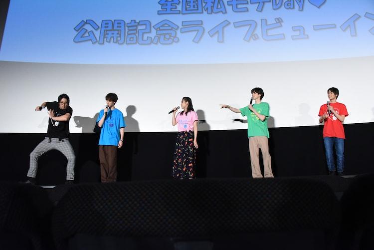 1人激しく踊る平沼紀久(左端)。