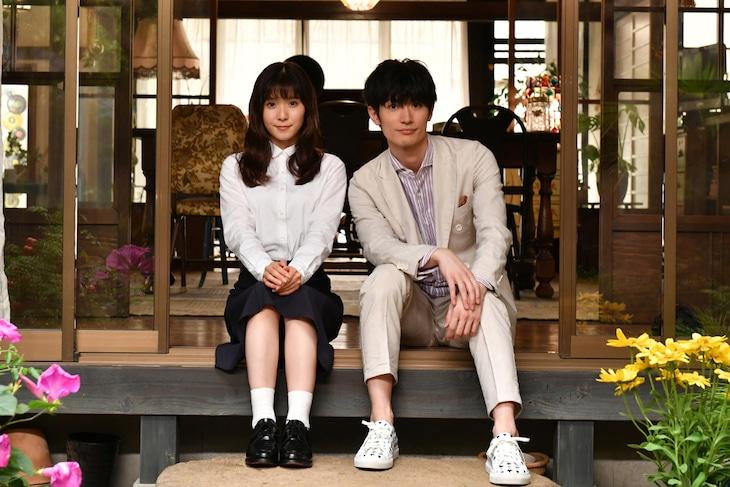 「おカネの切れ目が恋のはじまり」より、松岡茉優(左)と三浦春馬(右)。