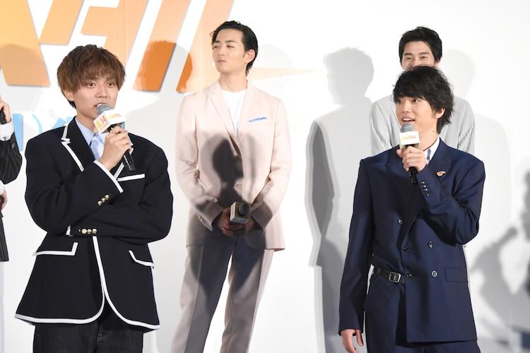 前列左から永瀬廉、伊藤健太郎。