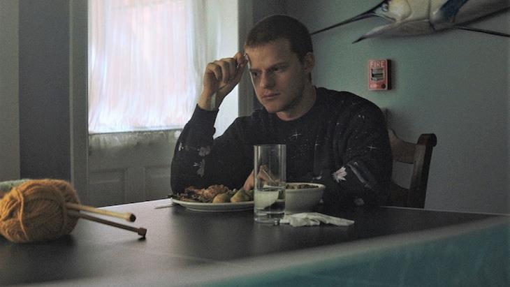 「ハニーボーイ」より、ルーカス・ヘッジズ演じるオーティス。