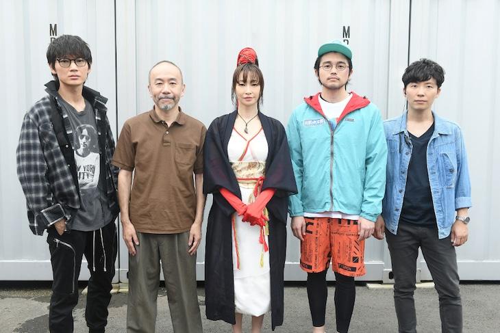 左から綾野剛、塚本晋也、りょう、井口理、星野源。