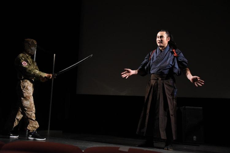 「もしも舞台挨拶中に襲われたら?」というテーマでアクションを披露する坂口拓(右)。