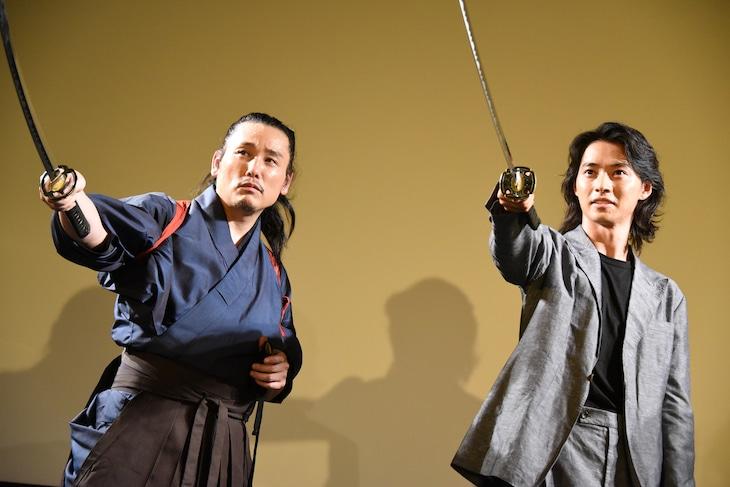 左から坂口拓、山崎賢人。
