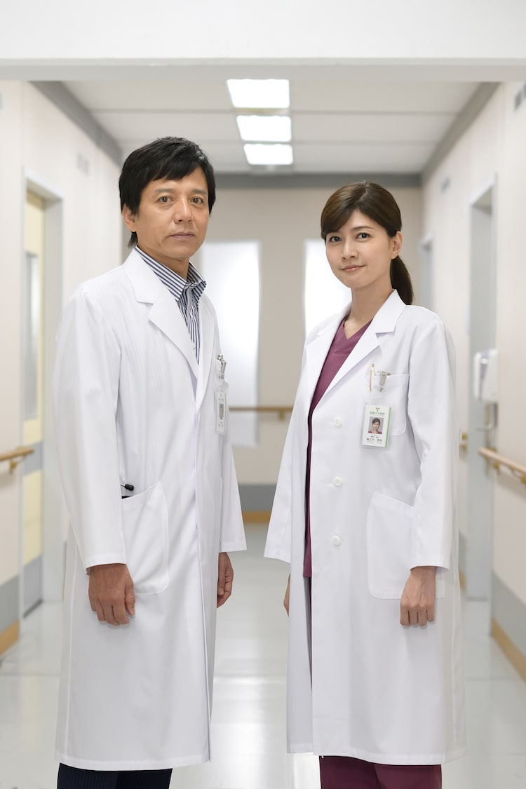 左から勝村政信、内田有紀。