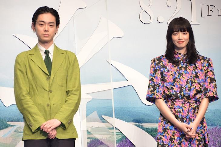 「糸」完成報告会の様子。左から菅田将暉、小松菜奈。