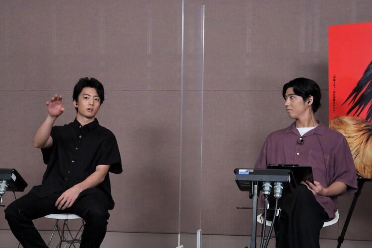 左から伊藤健太郎、賀来賢人。
