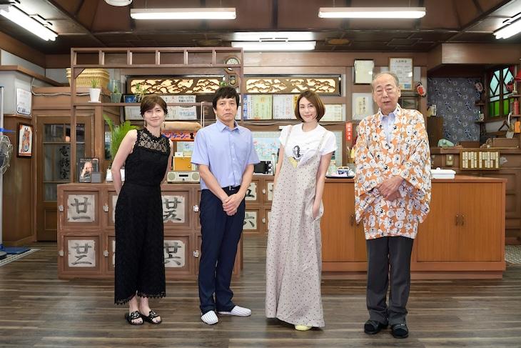 左から内田有紀、勝村政信、米倉涼子、岸部一徳。