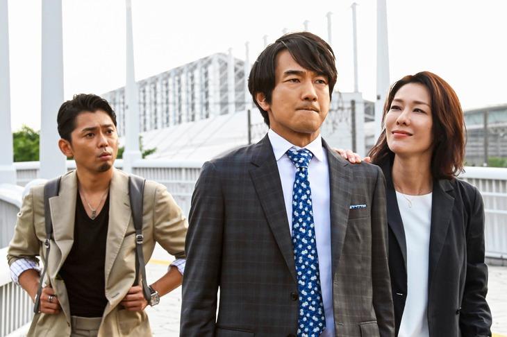 左から今井翼演じる河合ケンタ、眞島秀和演じる小路三貴、山本未來演じる武林穂歩。