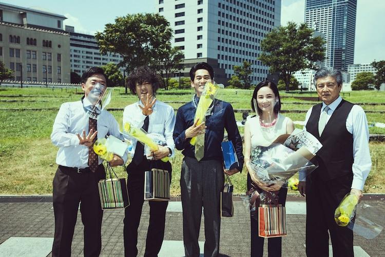 「連続ドラマW コールドケース3 ~真実の扉~」クランクアップの様子。左から光石研、滝藤賢一、永山絢斗、吉田羊、三浦友和。