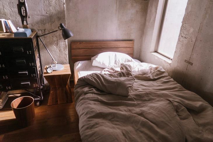 「窮鼠はチーズの夢を見る」より、恭一の部屋のベッド。