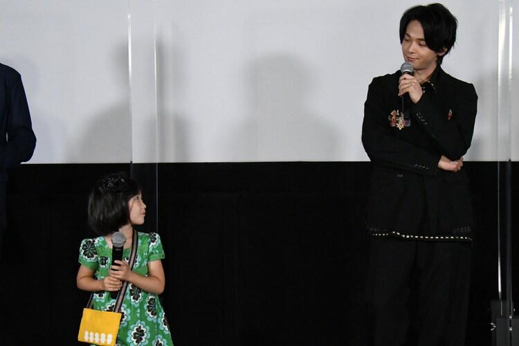 左から吉田萌果、中村倫也。