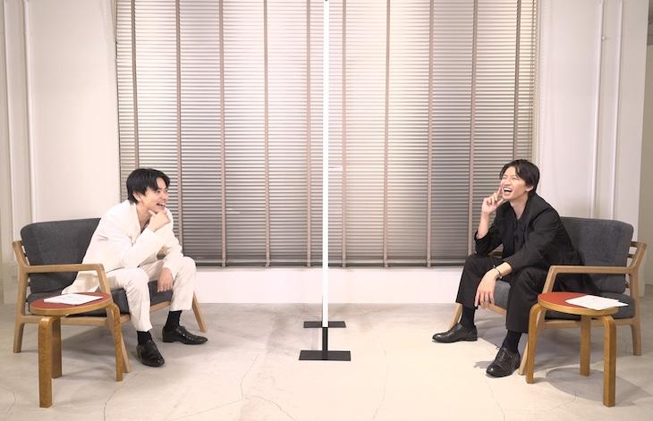 「窮鼠はチーズの夢を見る」スペシャル対談映像の様子。左から成田凌、大倉忠義。