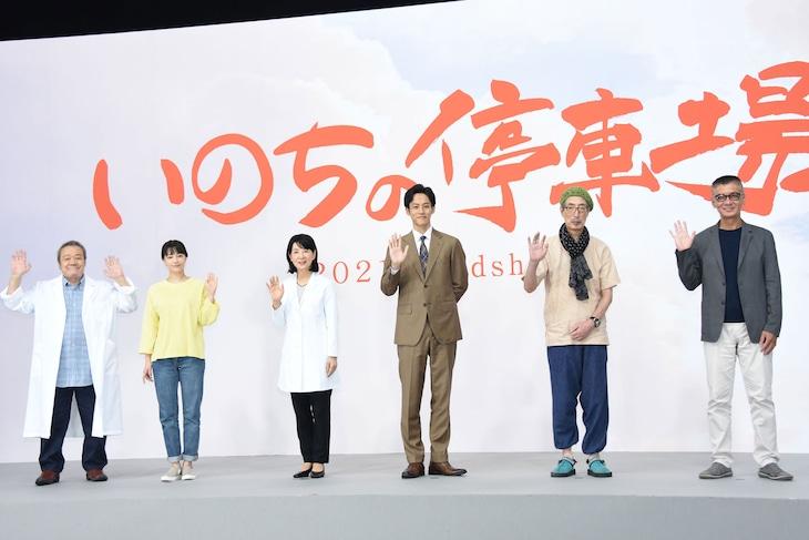 「いのちの停車場」撮影現場会見にて、左から西田敏行、広瀬すず、吉永小百合、松坂桃李、みなみらんぼう、成島出。