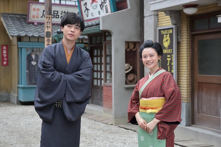 左から天海一平役の成田凌、竹井千代役の杉咲花。