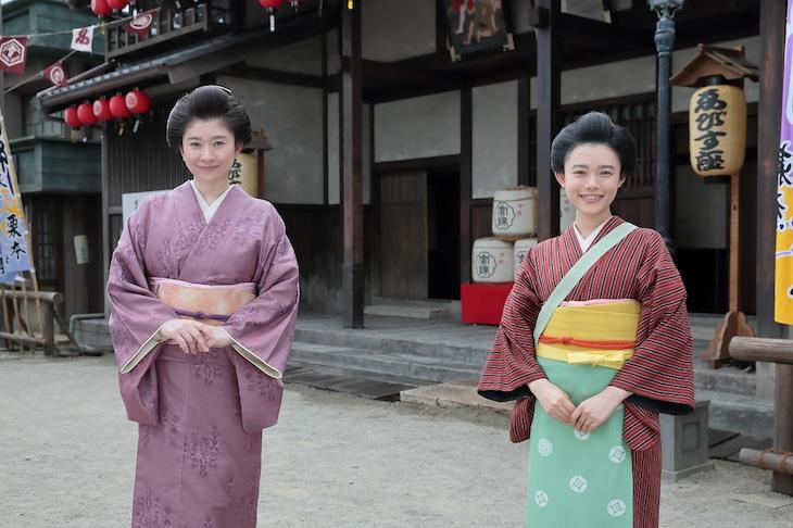 左から岡田シズ役の篠原涼子、竹井千代役の杉咲花。