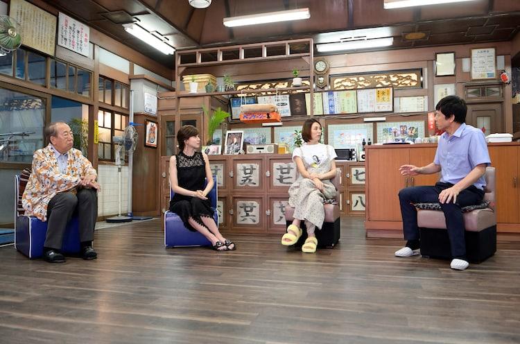 左から岸部一徳、内田有紀、米倉涼子、勝村政信。