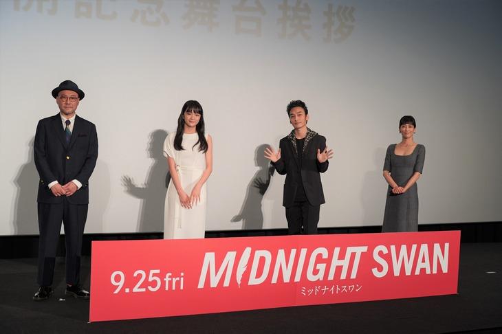 「ミッドナイトスワン」公開記念舞台挨拶の様子。左から内田英治、服部樹咲、草なぎ剛、水川あさみ。